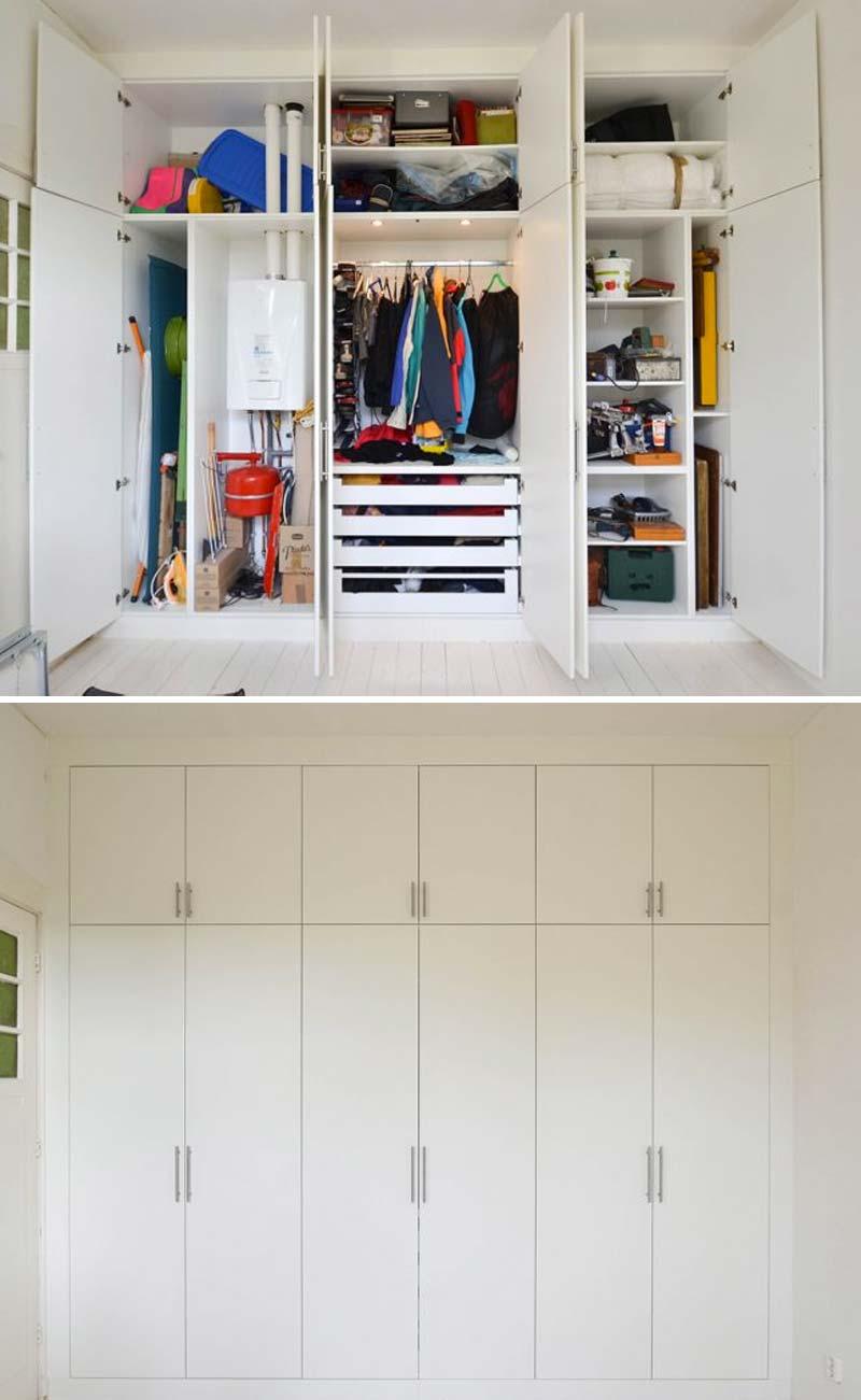 Interieurarchitect en meubelmaker Daan Mulder heeft deze strakke op maat gemaakte inbouwkast ontworpen, die niet alleen de CV ketel mooi wegwerkt, maar ook een kledingkast en opbergkast is.