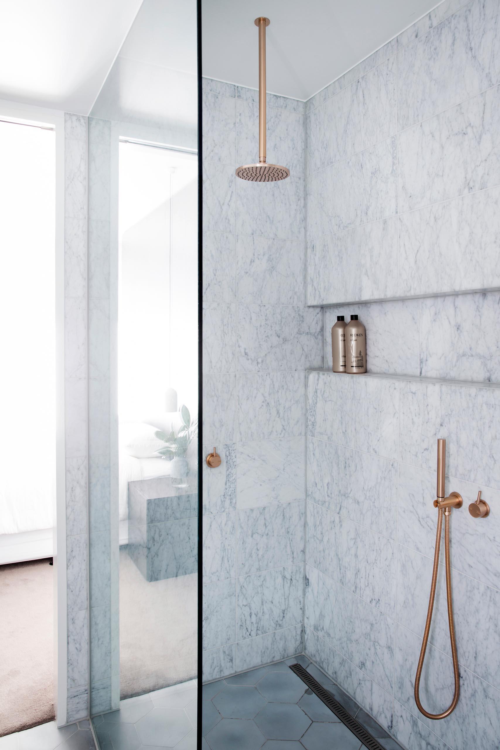 De hexagon en marmeren tegels geven deze ensuite badkamer een rustgevende sfeer