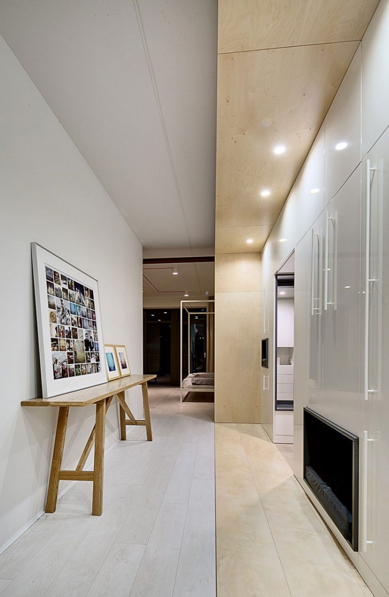 De open woonkamer en keuken van een jong en creatief stel