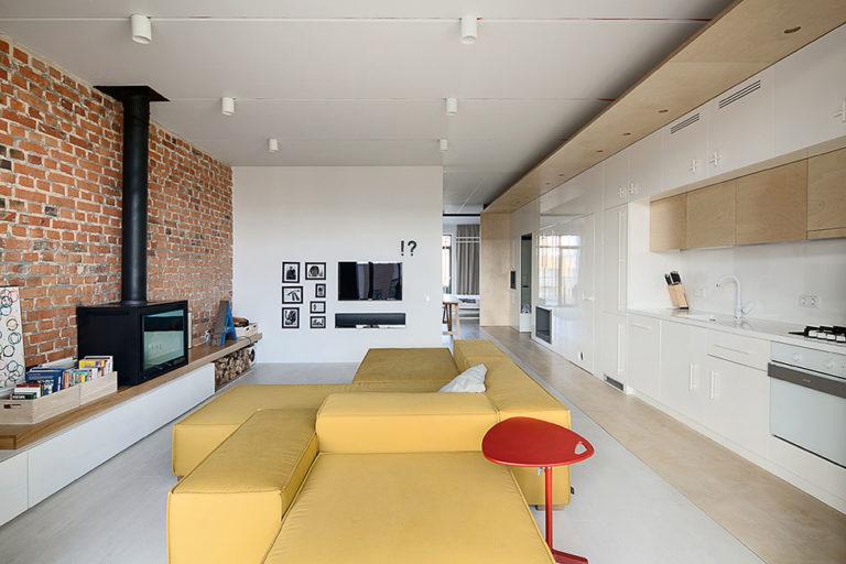 In deze stoere woonkamer hebben ze een hele mooie bank midden in de ruimte geplaatst. In plaats van een grote salontafel, is er gekozen voor een leuke kleine bank tafeltje. Klik hier voor meer foto's.