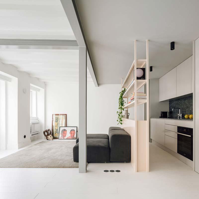 In deze kleine lichte en minimalistische woonkamer zijn de schilderijen nonchalant op de vloer tegen de muur geplaatst. Ook heel nice toch? Klik hier om meer foto's te zien.
