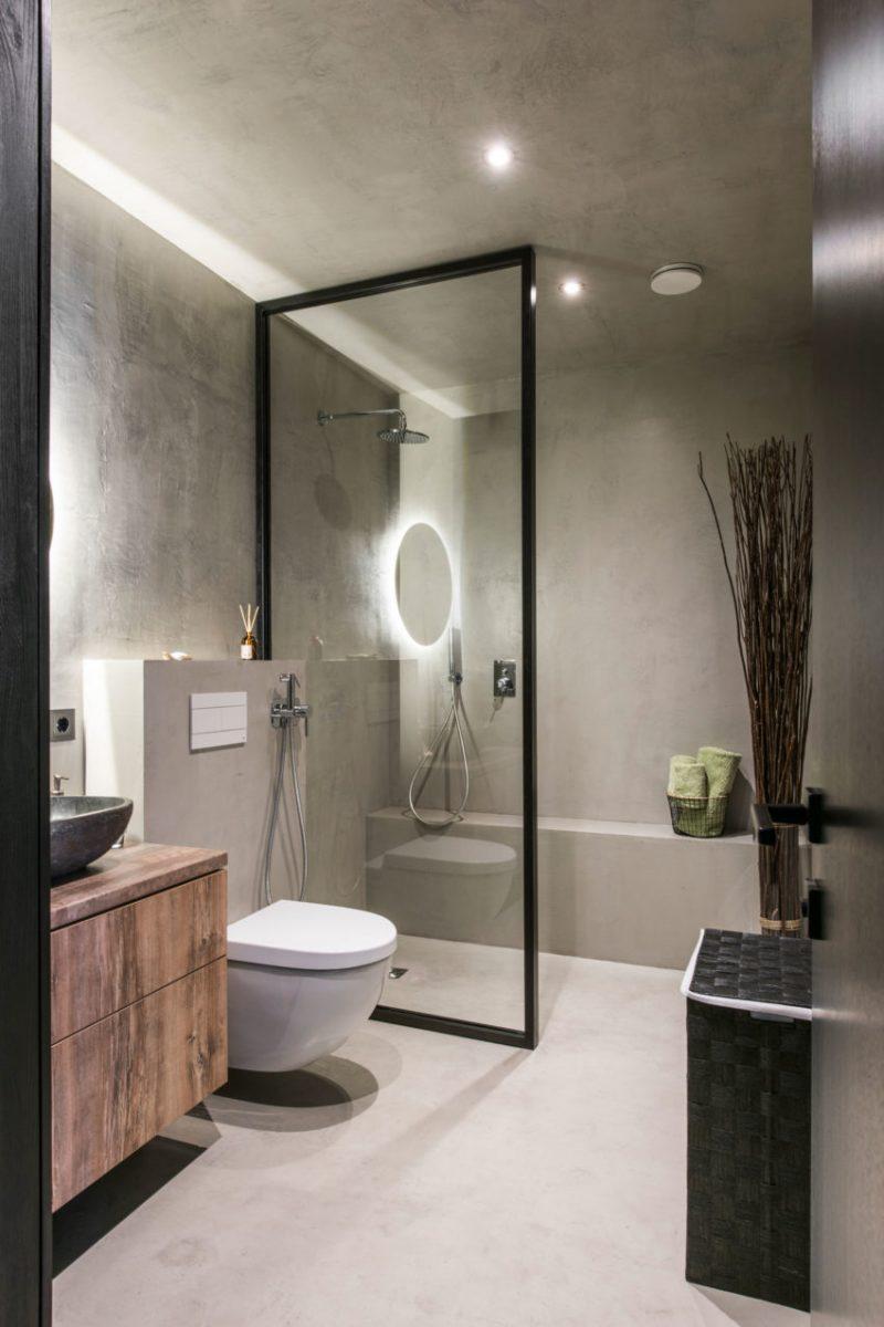 Deze kleine badkamer van nog geen 6m2 is super stoer ingericht!