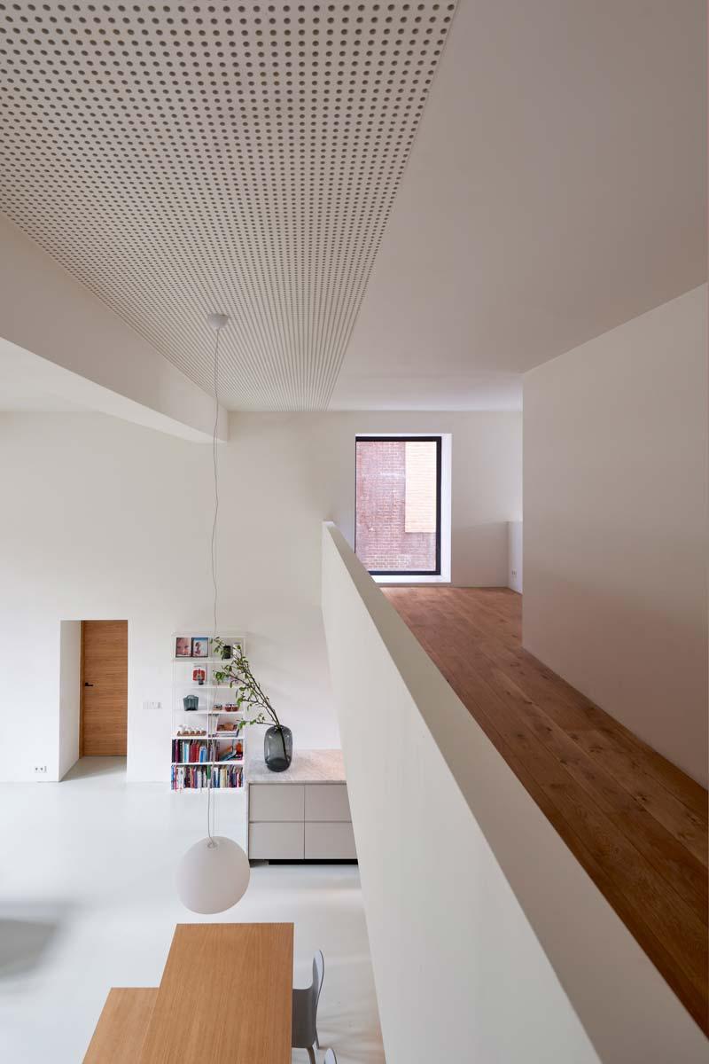 Deze voormalige gymzaal uit Rotterdam Noord is omgetoverd tot een moderne gezinswoning