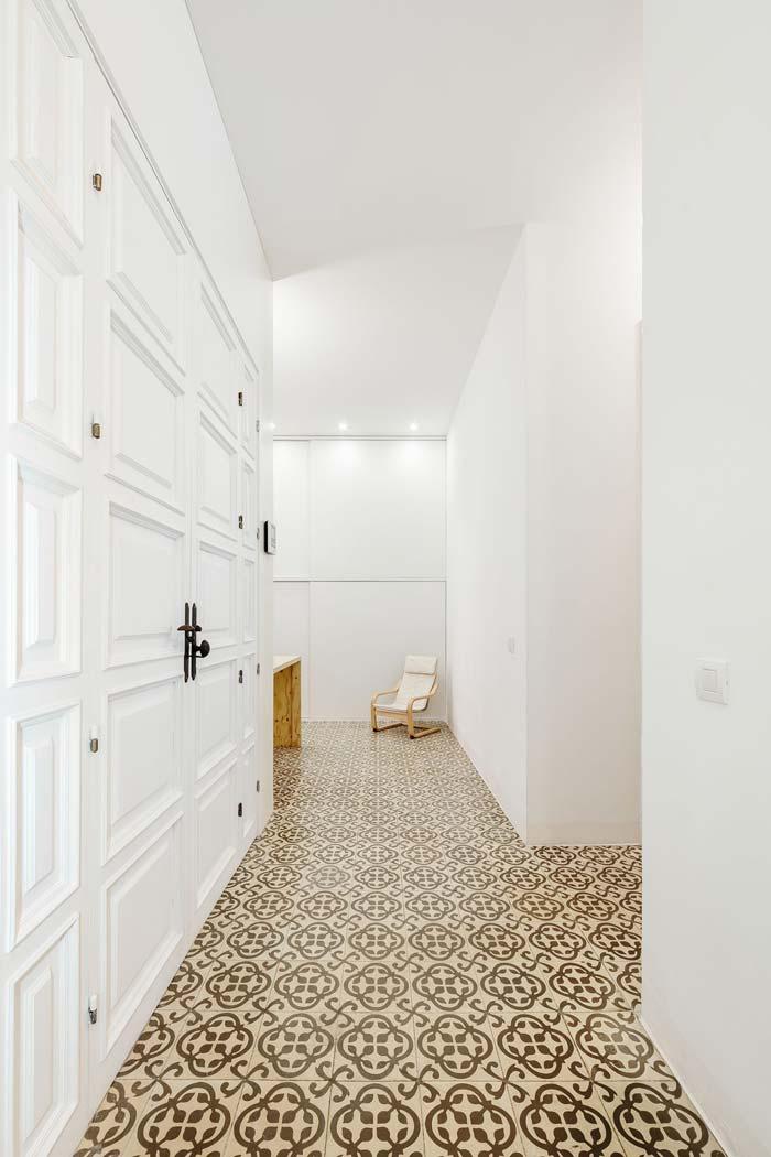 Strakke witte muren met patroontegels