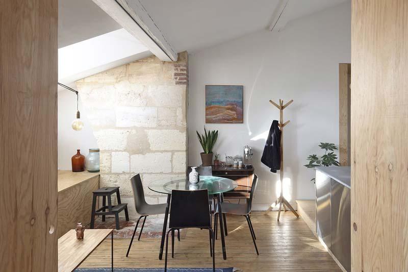 Dit kleine appartement van 55m2 is ingericht met vooral heel veel stoere multiplex platen!