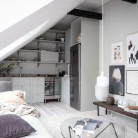 Dit kleine zolder appartement is ingericht met zachte kleuren en een selectie van mooie meubels en decoratie