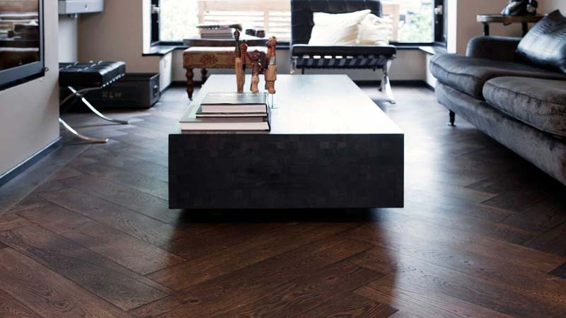 Donkere eiken houten visgraat vloer