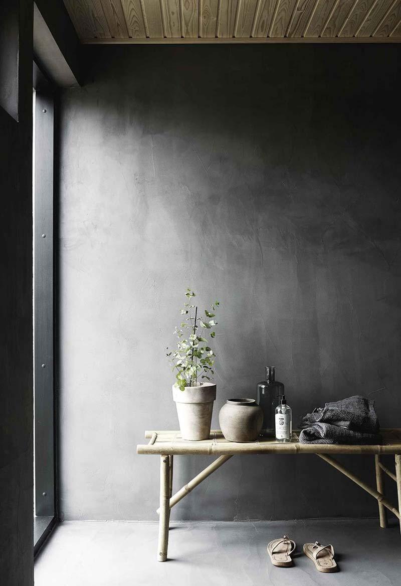 donkergrijze betonstuc muur
