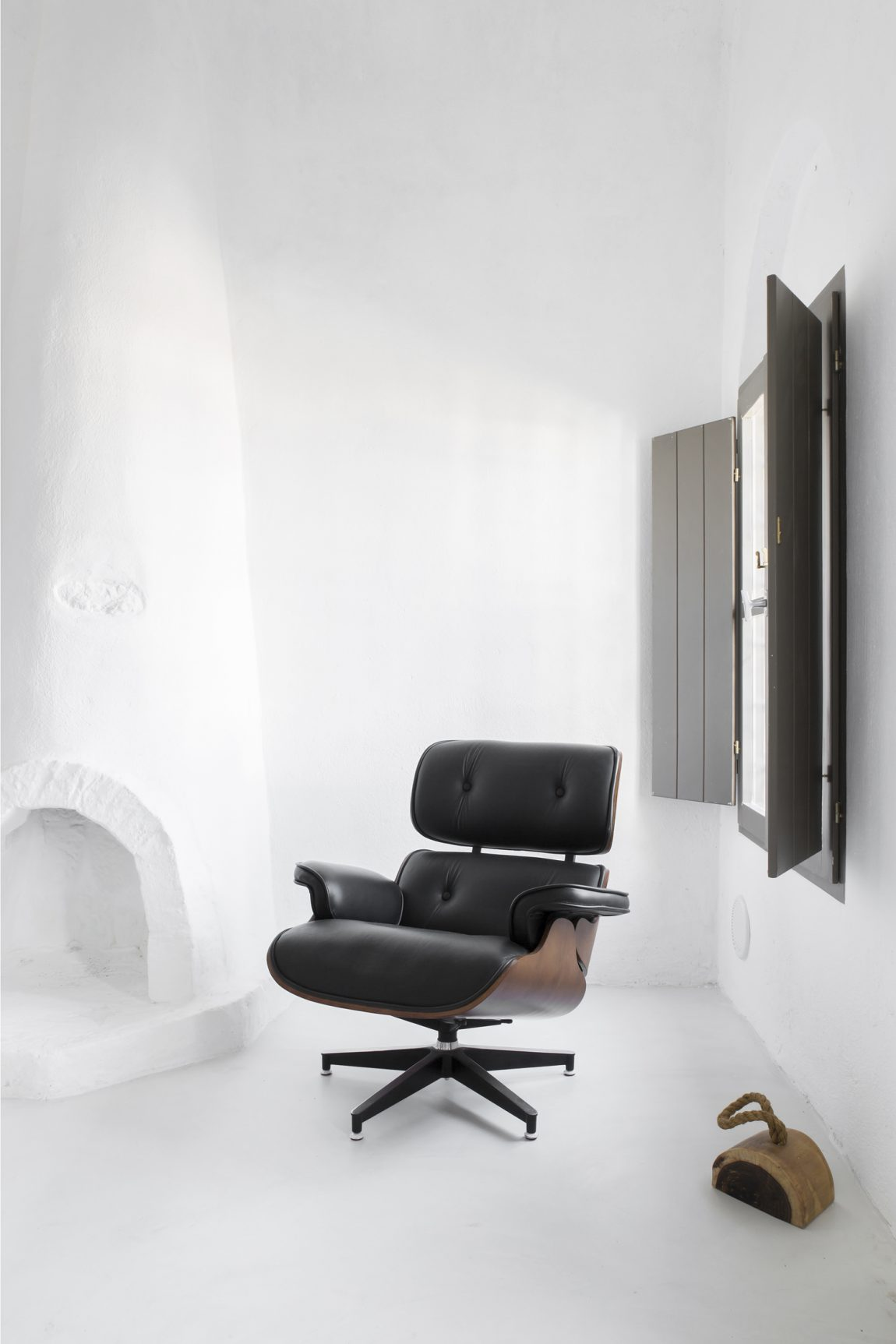 eames-lounge-chair-sophia-suites
