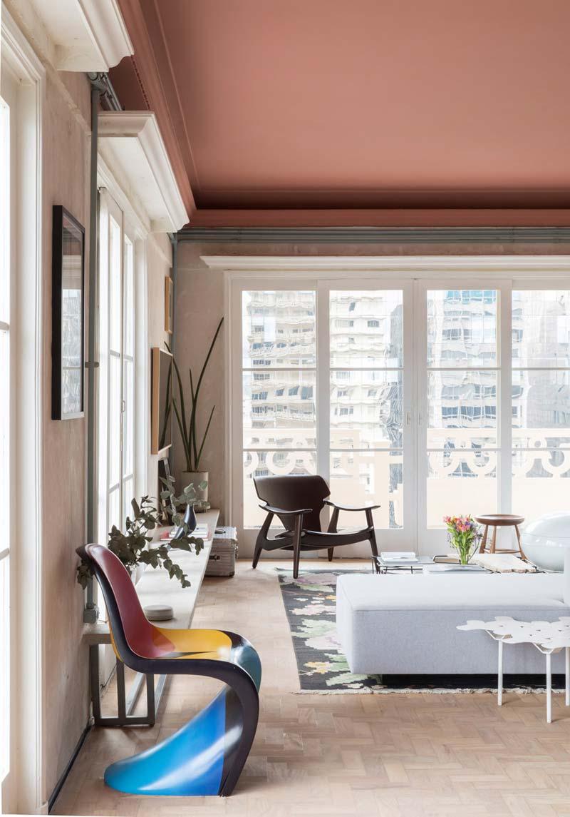 eclectische woonkamer roze plafond