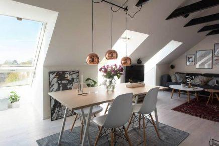 Eettafel op schragen en Eames stoelen