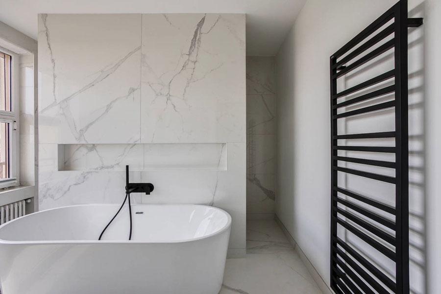 exclusief badkamerontwerp met vrijstaand bad en nisje in de muur