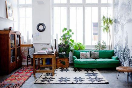 Exotische loft woonkamer van Franse behangontwerper Cécile Figuette