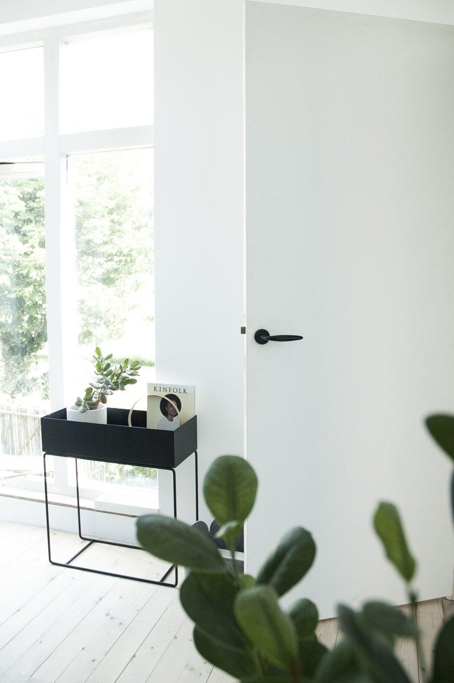 ferm-living-plantenbak-zwart-bij-raam