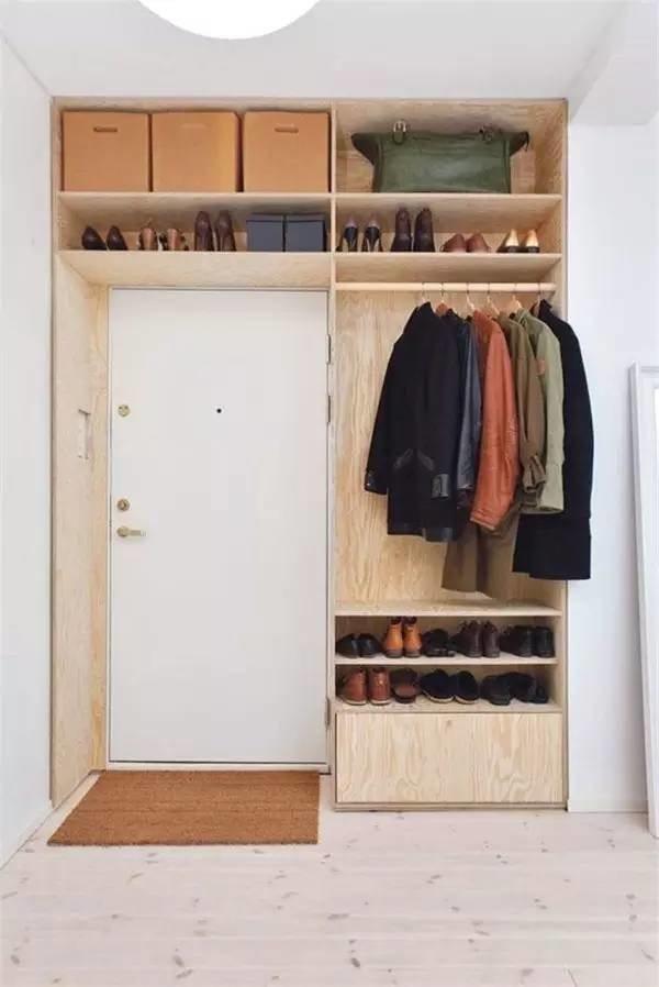 Garderobekast boven deur in hal