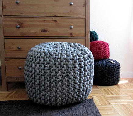 gestrickten pouf von cara corey wohnideen einrichten. Black Bedroom Furniture Sets. Home Design Ideas