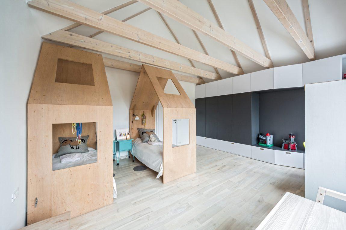 Gedeelde kinderkamer met twee huisjesbedden