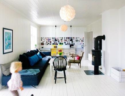 Gezellige witte woonkamer met verschillende stijlen for Huis gezellig maken