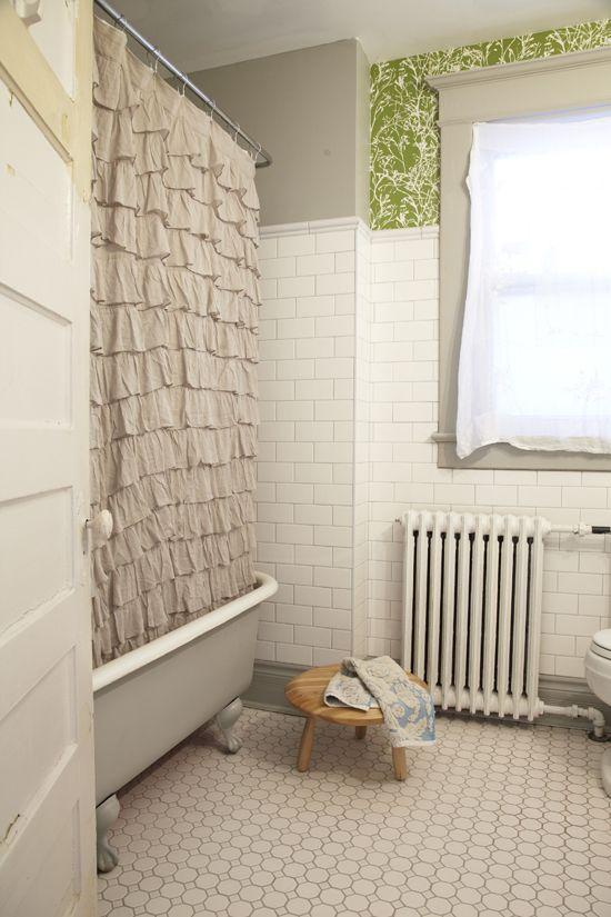 Gietijzeren radiator in de klassieke badkamer