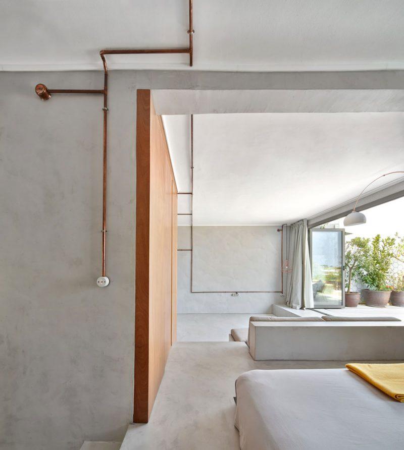Voor dit kleine appartement uit Barcelona kozen de ontwerpers van Cometa architecten om de gietvloer te combineren met betonstuc wanden. Klik hier voor meer foto's.