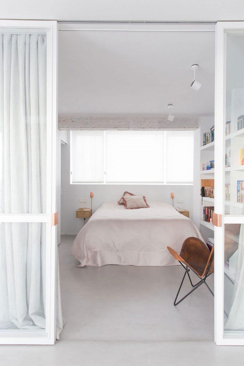 De lichtgrijze gietvloer in combinatie met de strakke witte muren geeft deze mooie slaapkamer een hele frisse uitstraling. Klik hier voor meer foto's.