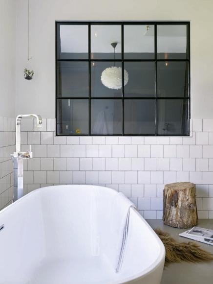 Gietvloer en half gestucte wanden in de badkamer | Inrichting-huis.com