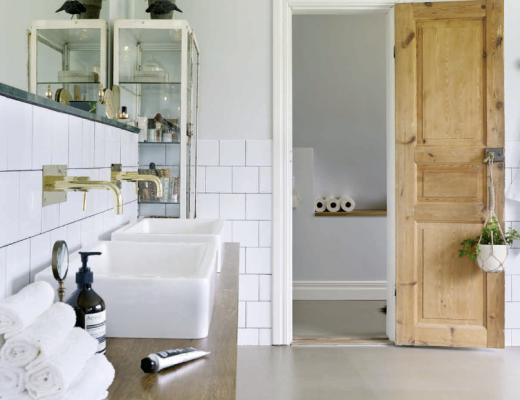 Gietvloer en half gestucte wanden in de badkamer
