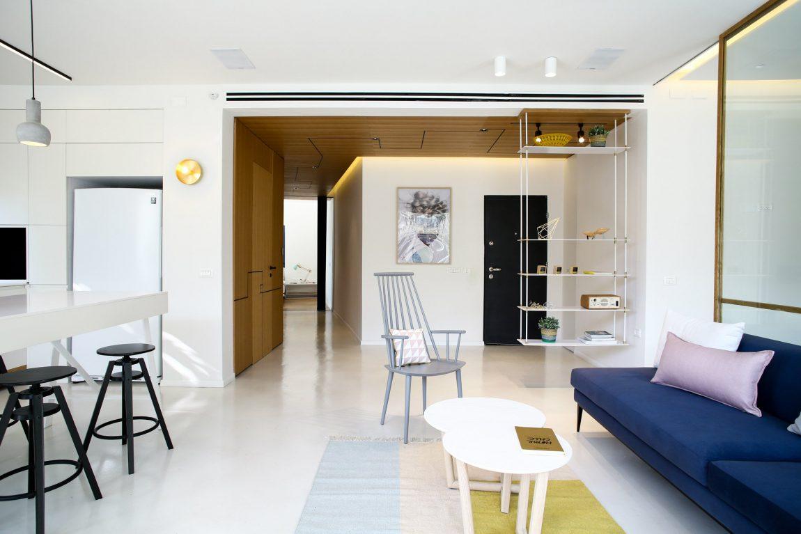 De lichte egale gietvloer in dit appartement maakt het mogelijk om te kiezen voor kleurrijke meubels en accessoires. Klik hier voor meer foto's.
