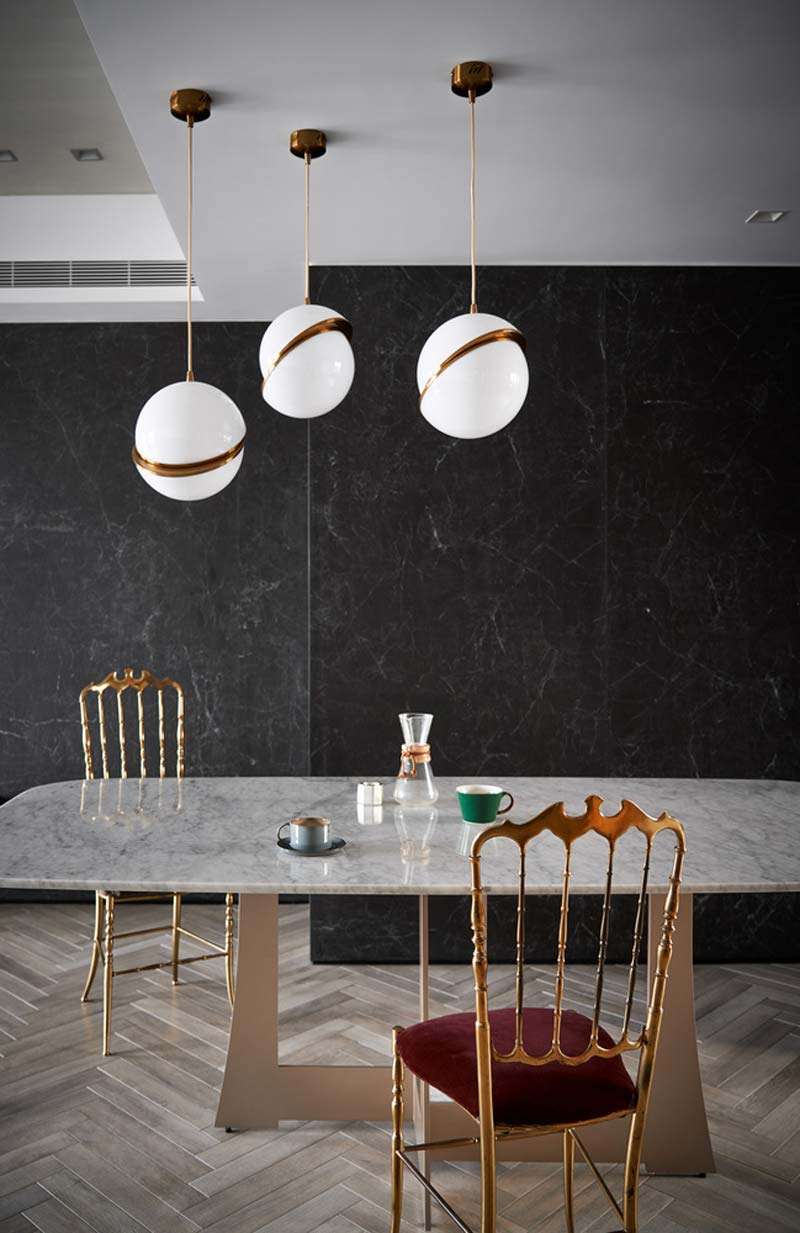 glazen bollampen boven eettafel