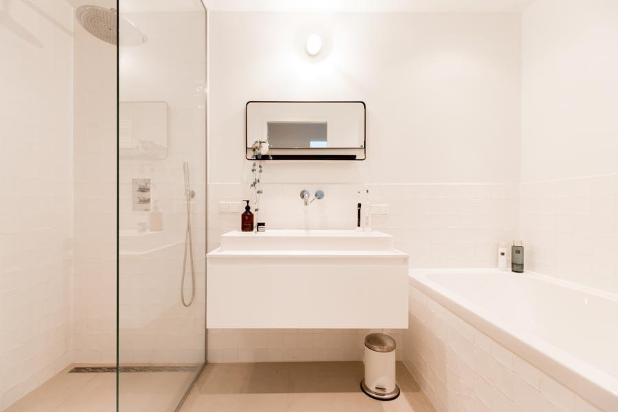 Op maat gemaakte glazen douchewand tot het plafond | Inrichting-huis.com