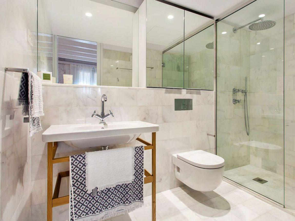glazen-wand-tot-plafond-badkamer