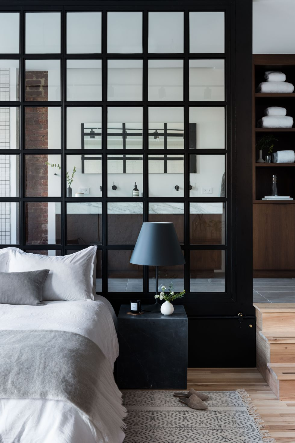 Glazen wand zwarte kozijnen slaapkamer badkamer