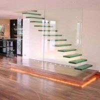 Glazen zwevende trap
