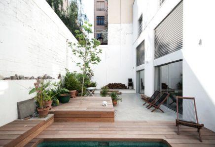 Goed beschutte tuin met zwembad in Barcelona