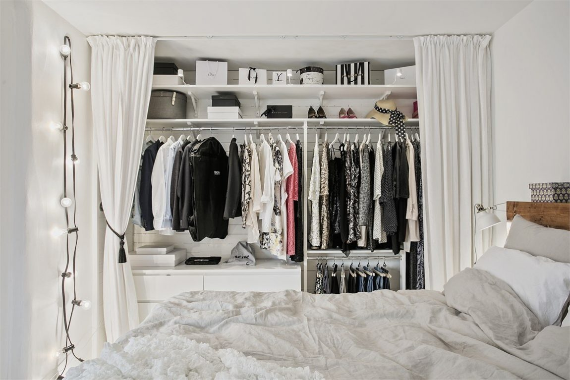 witte slaapkamer met open kledingkast en werkplek | inrichting, Deco ideeën