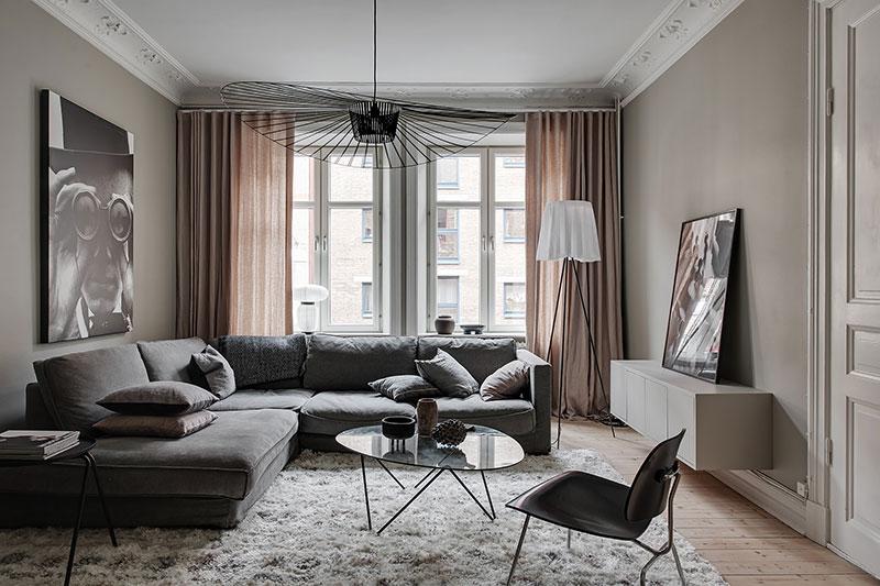 Deze mooie lichtdoorlatende gordijnen draperen prachtig op de houten vloer in deze woonkamer. Klik hier voor meer foto's.