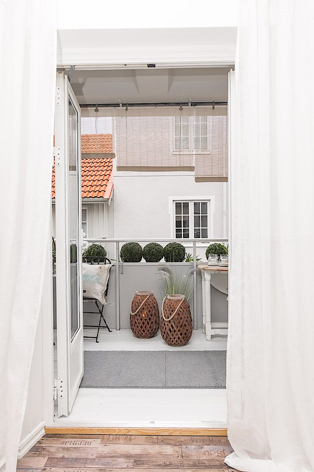 Gordijnen ophangen op het balkon