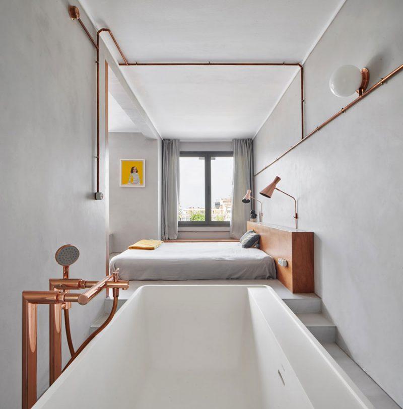 In deze stoere slaapkamer is er gekozen voor verduisterende gordijnen die ver voorbij de ramen hangen. Klik hier voor meer foto's.