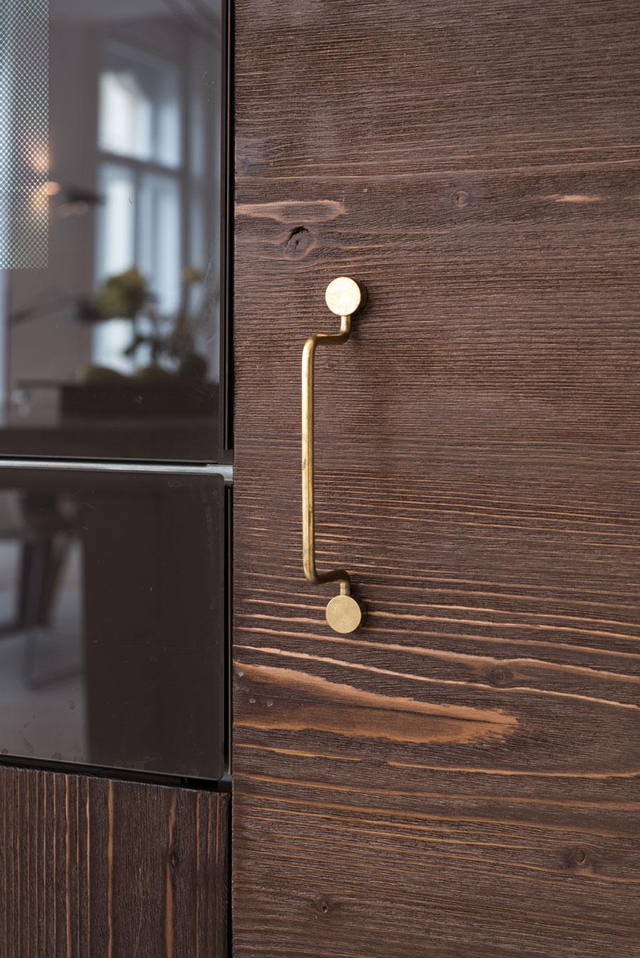 gouden deurgrepen houten keuken