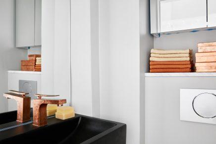 Gouden kraan in badkamer
