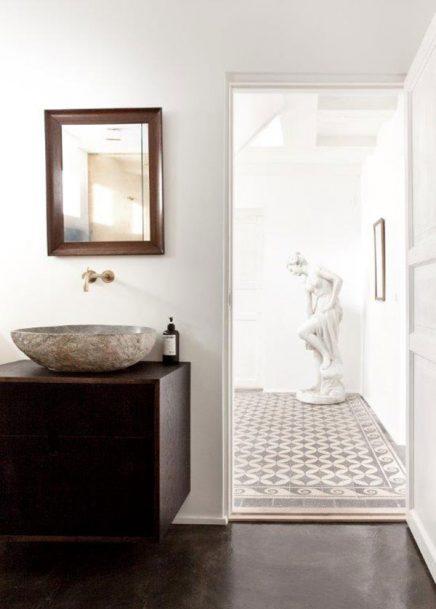Gouden muur in een Noorse badkamer