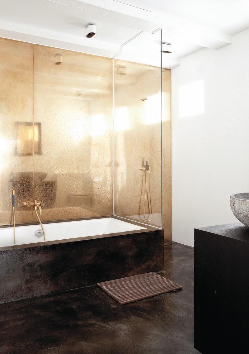 Gouden muur in een noorse badkamer inrichting - Een badkamer deco ...