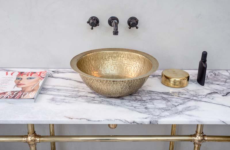 gouden waskom badkamer