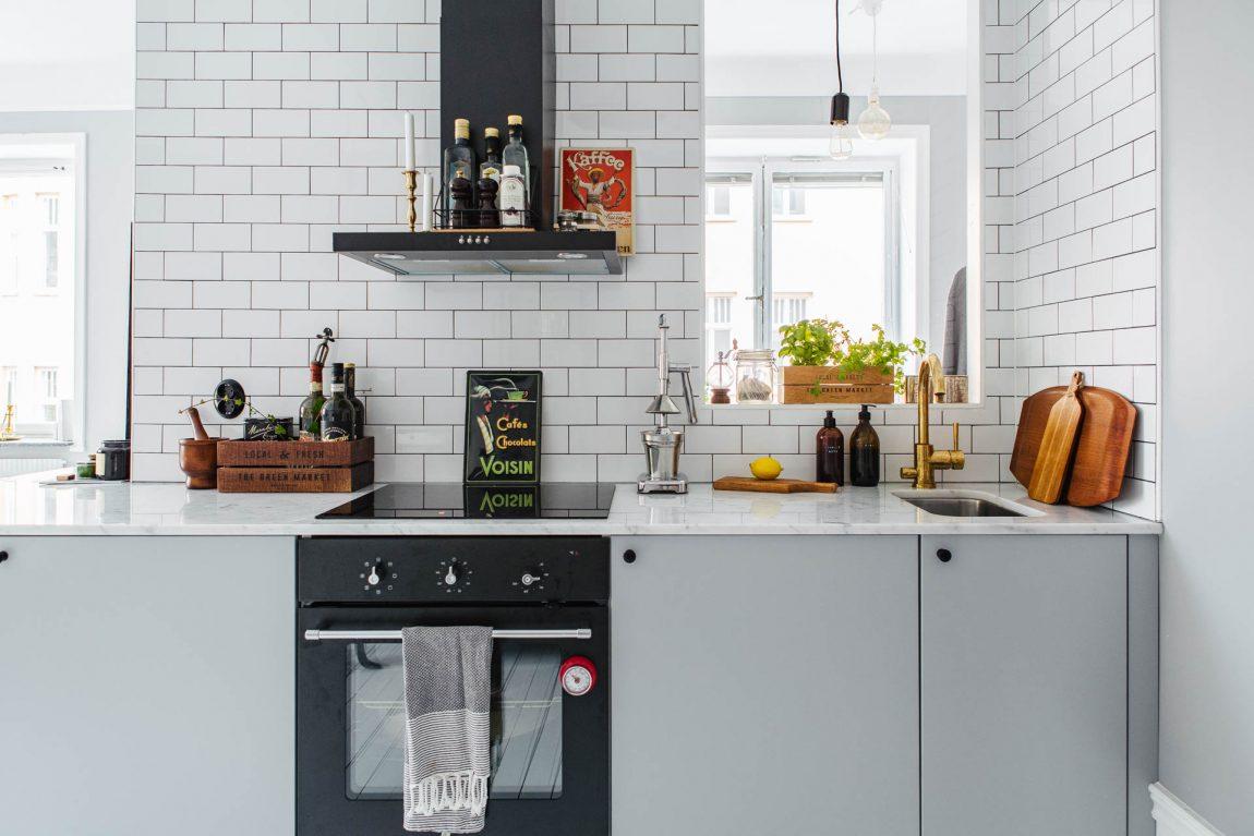 Keuken tv meubel combinatie in een kleine l vormige woonkamer