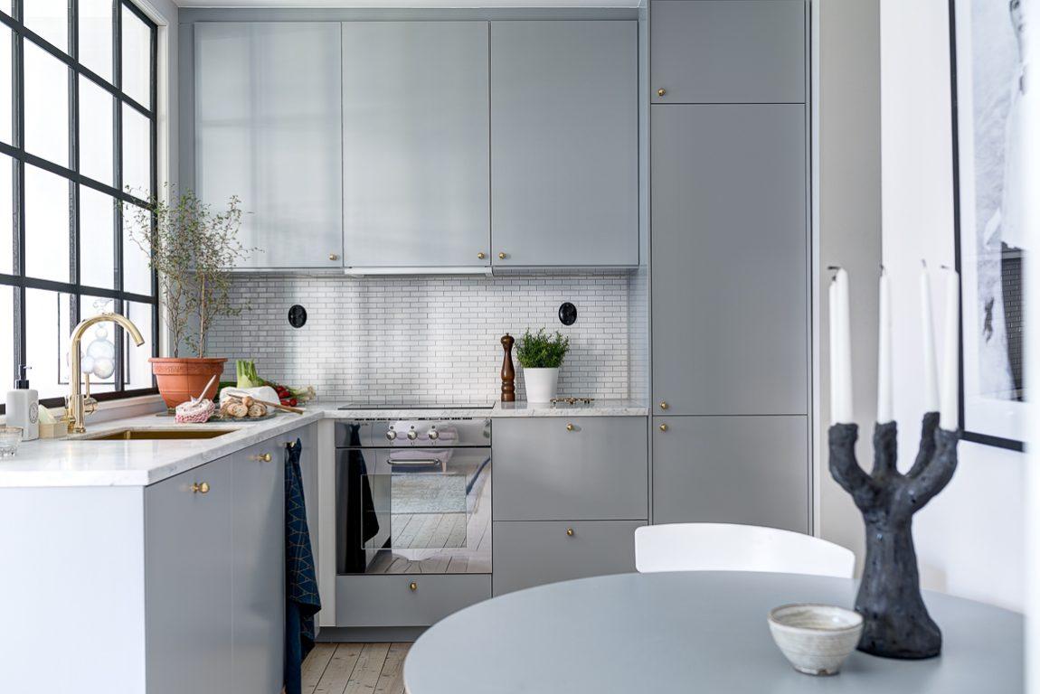 grijze-keuken-veel-opbergruimte