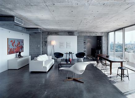 Grijze woonkamer van beton