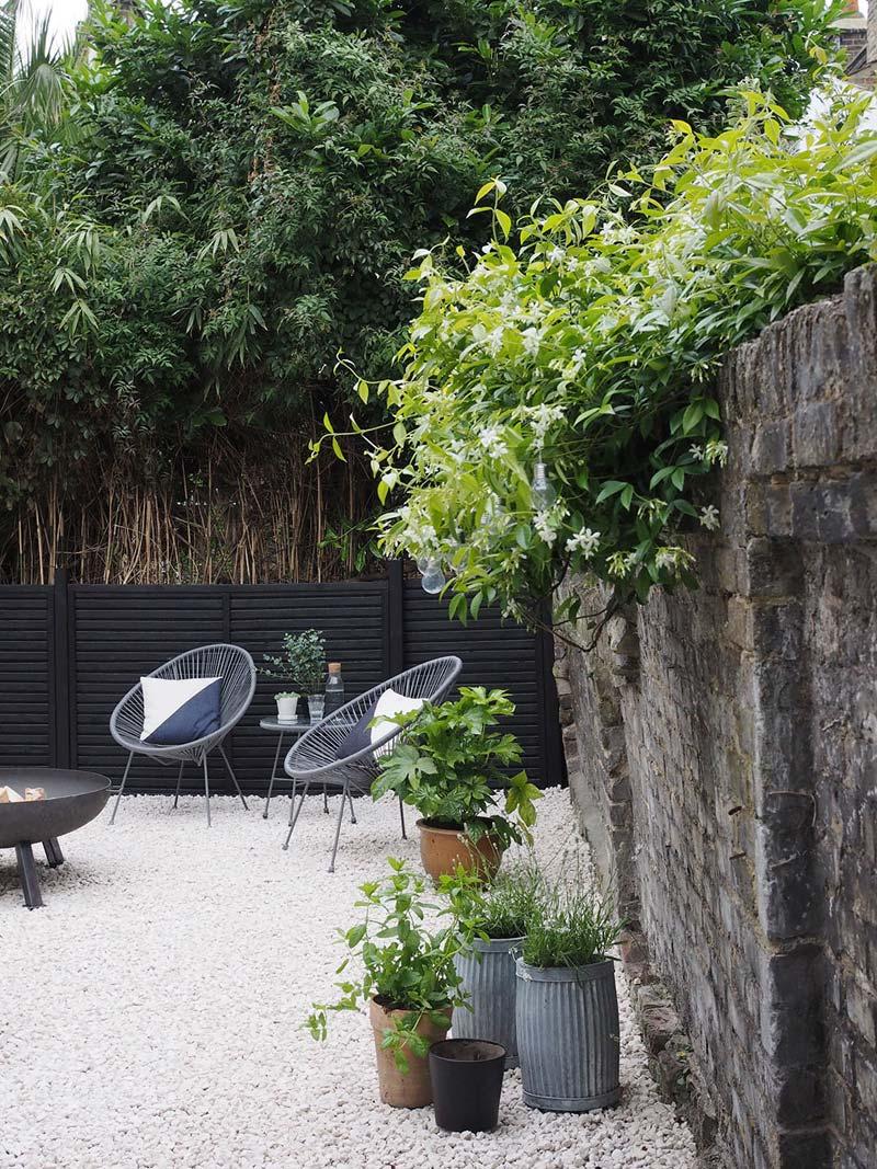 grind tuin planten over stenen muur