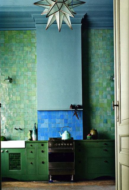 Groene zelliges keukenwand tegels tot plafond