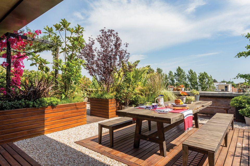 Groot dakterras met een eet en relax zone