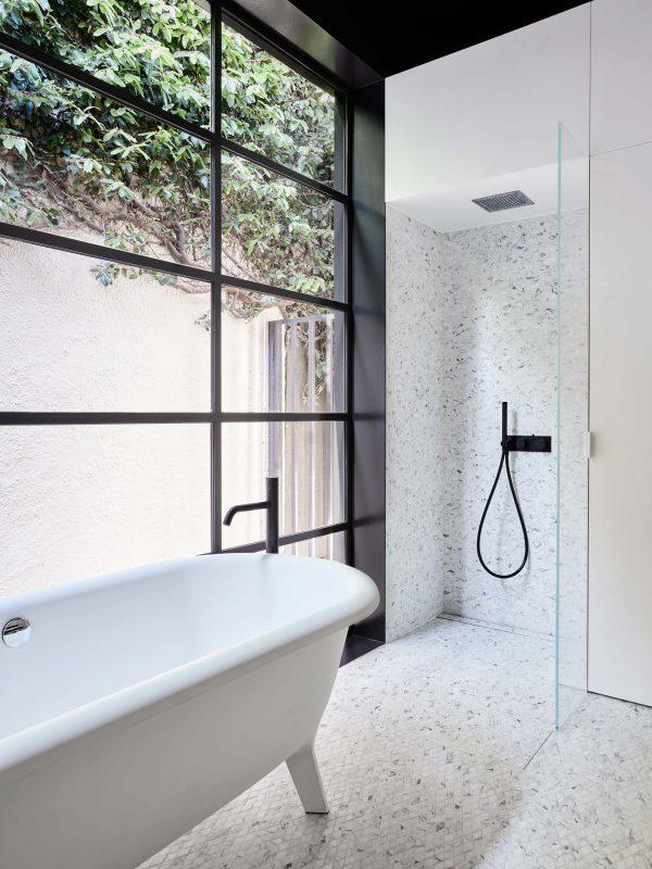 groot raam zwarte kozijnen badkamer